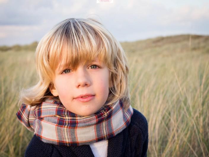 Portrait d'enfant à Anneville sur Mer, Basse-Normandie, dans la manche, de bambin, par L'oeil de Noémie, photographie. Photographe en Auvergne, en France.