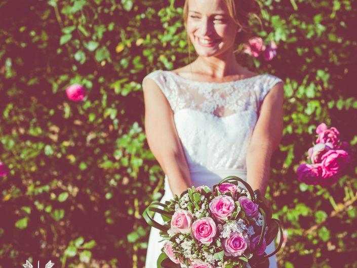 sublime photo de mariage, bouquet de la mariée, château de Beaujeu, Sancerre, par L'oeil de Noémie photographe de mariage à Vichy en Auvergne