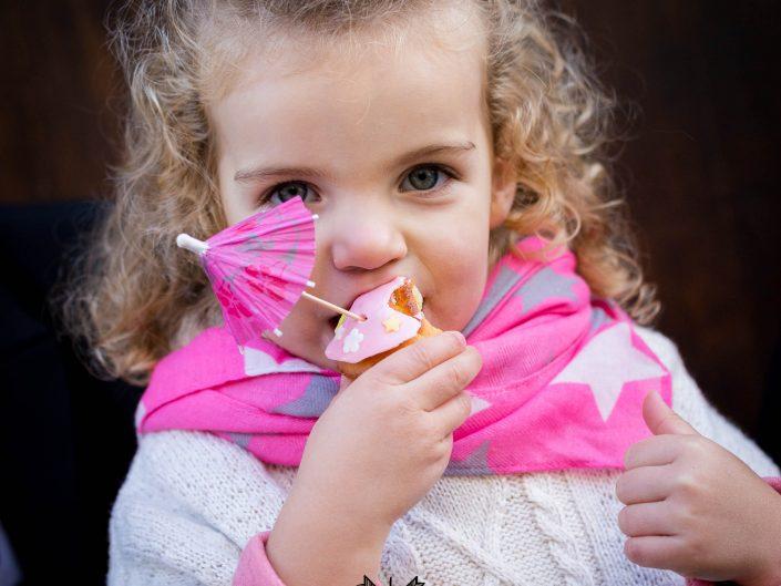 petite fille gourmande, cupcake, par L'oeil de Noémie photographe à Clermont-Ferrand en Auvergne