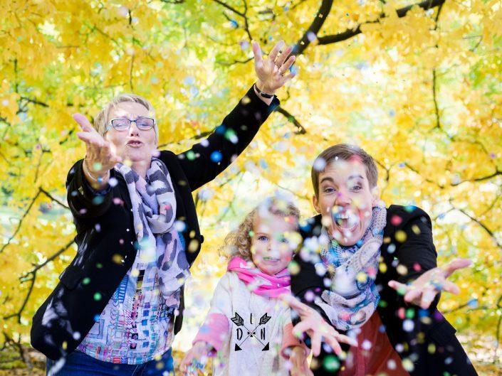 magnifique photo de famille en automne avec confettis, par L'oeil de Noémie, photographe à Vichy en Auvergne