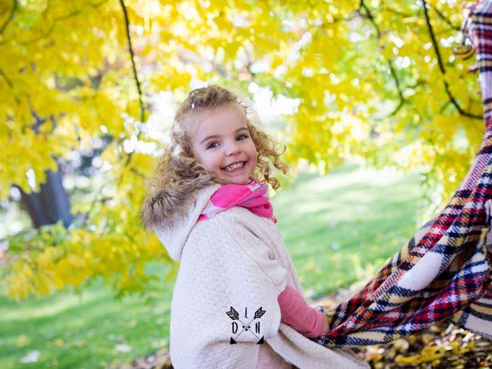 photo magnifique de petite fille coquine, par L'oeil de Noémie photographe à Vichy en Auvergne