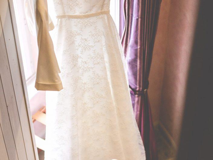 belle photo tendance de robe de mariée, mariage au château de Maulmont dans l'Allier en Auvergne, par L'oeil de Noémie photograpge de mariage à Vichy et partout en France