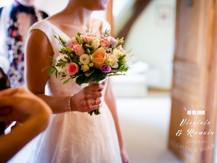 photo artistique de bouquet de mariée, château de Maulmont, Allier, Auvergne, par L'oeil de Noémie photographe mariage vichy
