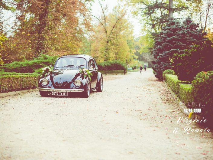 voiture coccinelle mariage, château de maulmont, par L'oeil de Noémie photographe de mariage à Vichy en Auvergne