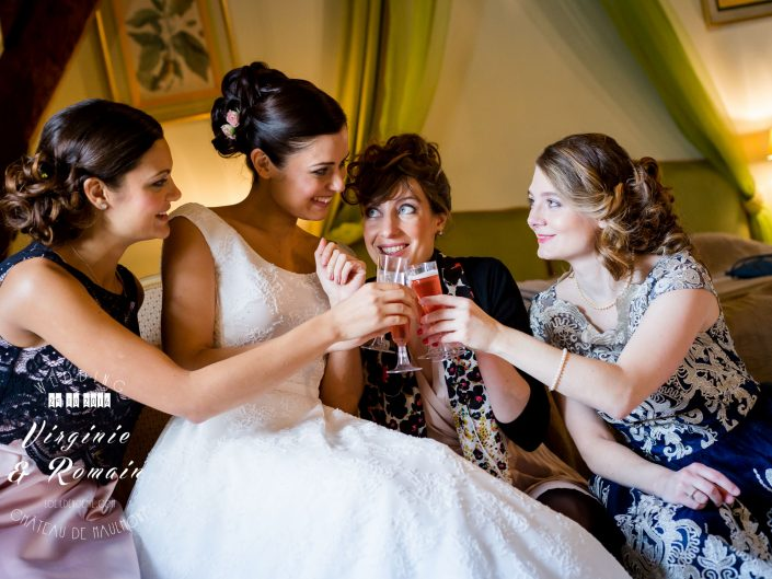 mariage et sourires, photo artistique de mariage, préparatifs de la mariée, château de Maulmont en Auvergne, par L'oeil de Noémie photographe mariage à Vichy et partout en France