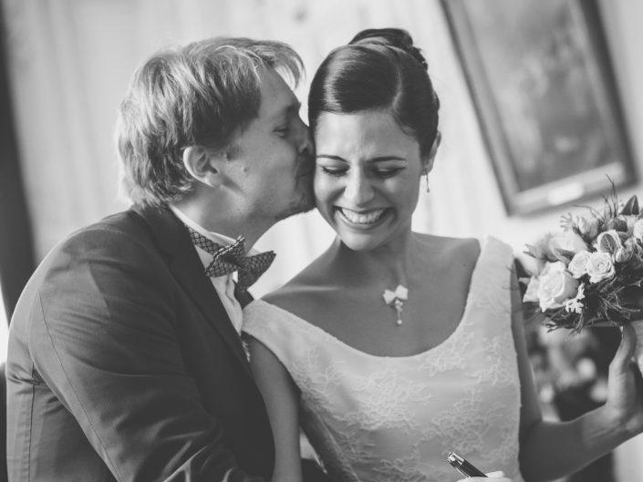 jeunes mariés à la mairie de Vichy en Auvergne, photo fun de mariage, par L'oeil de Noémie photographe de mariage à Vichy et partout en France