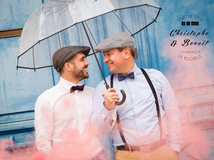 parapluie, fumigène, bleu, séance photo engagement à la Rochelle, par L'oeil de Noémie photographe de mariage à La Rochelle et partout en France