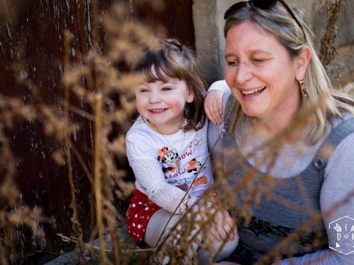 photo de famille à Charroux, par L'oeil de Noémie reporter photographe à Vichy en Auvergne, portrait enfant à Clermont-Ferrand