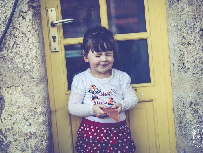 photo lifestyle, photo de famille à Charroux, par L'oeil de Noémie reporter photographe à Vichy en Auvergne, portrait enfant à Clermont-Ferrand