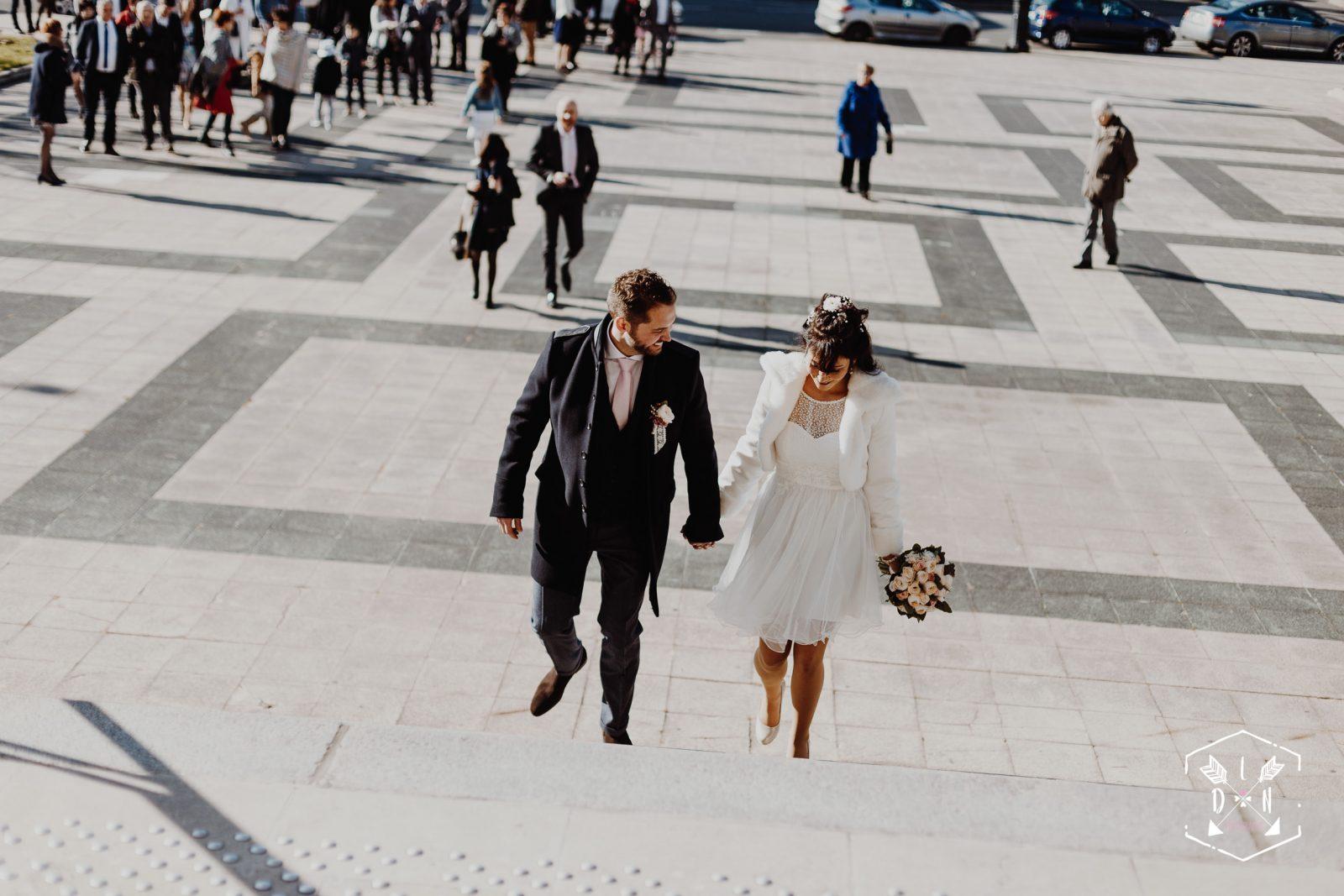 belle photo de mariage moderne, jeunes mariés à la mairie de Vichy, L'oeil de Noémie meulleur photographe de mariage en Auvergne