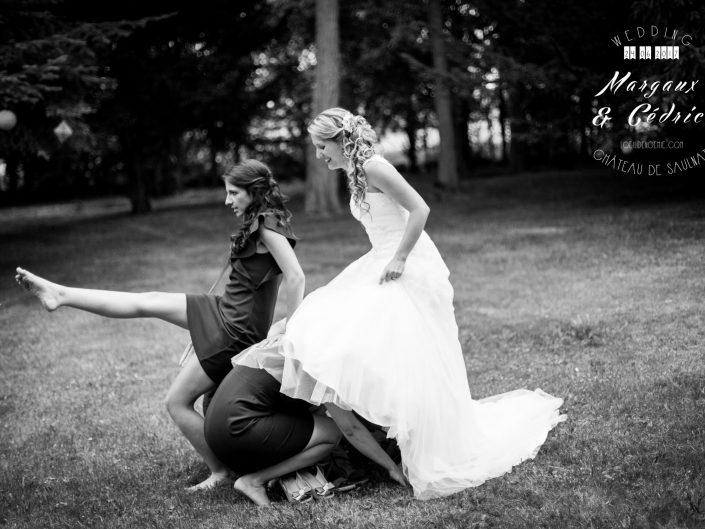 jump de jeune mariée et ses témoins, belle photo soirée de mariage, L'oeil de Noémie meilleur photographe de mariage en Auvergne