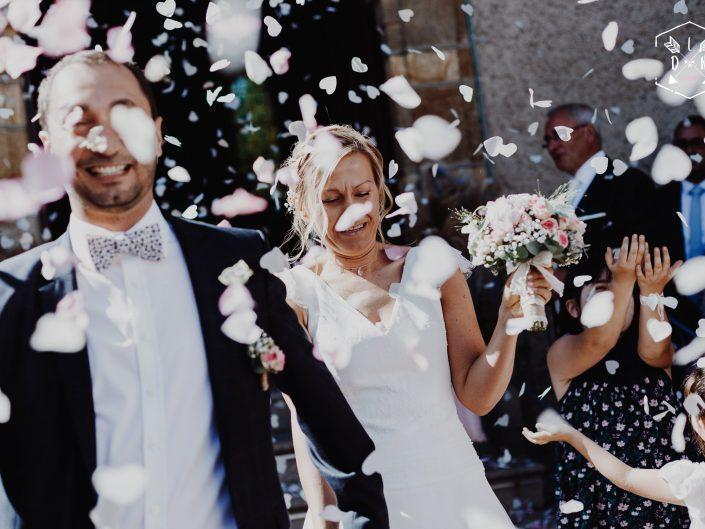 mariage, sortie église, belle photo, L'oeil de Noémie meilleure photographe de mariage en Auvergne et en France