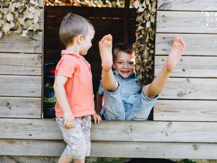 bonheurs en famille, belle photo originale, lifestyle, en famille, entre frères, L'oeil de Noémie photographe portraits dans le Puy de Dôme en Auvergne