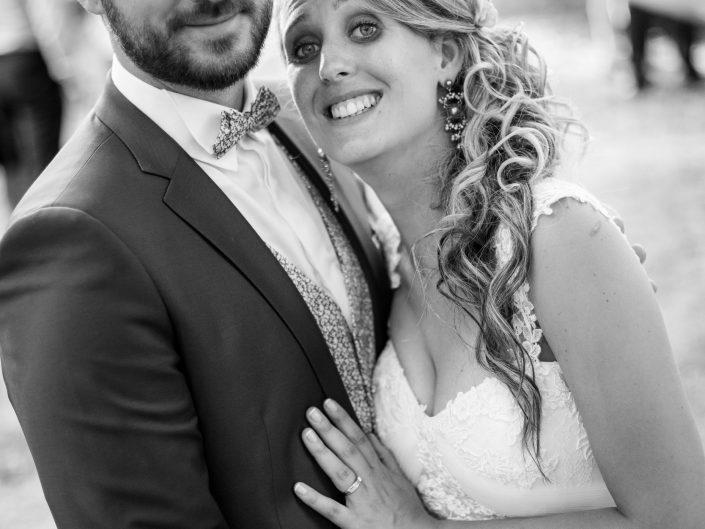 magnifique photo de couple jeunes mariés, Château de Saulnat, Puy de Dôme, L'oeil de Noémie reporter photographe de mariage basée en Auvergne