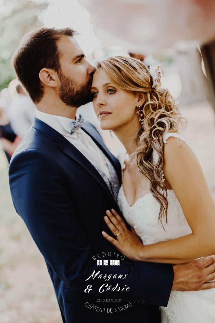 réussir son mariage, mariage chic et gourmand, magnifique photo de couple jeunes mariés, Château de Saulnat, Puy de Dôme, L'oeil de Noémie reporter photographe de mariage basée en Auvergne