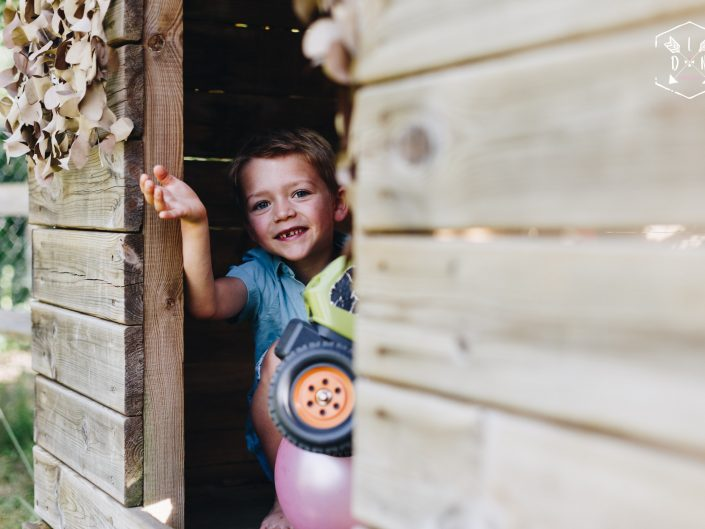 belle photo originale, lifestyle, en famille, entre frères, L'oeil de Noémie photographe portraits dans le Puy de Dôme en Auvergne