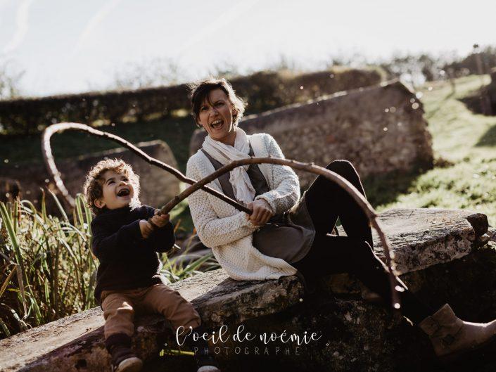amous d'automne, portrait de famille. Photo originale et moderne d'une maman et son fils en Auvergne. L'oeil de Noémie, photographe de portraits à Vichy, dans l'Allier, et partout en France.