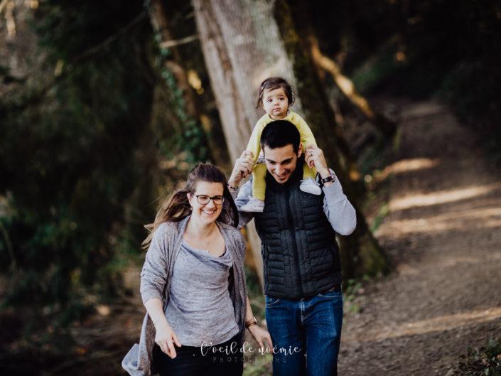 photographe portraits de famille dans le Puy de Dôme, en Auvergne. Belle photo de bébé en extérieur, par L'oeil de Noémie