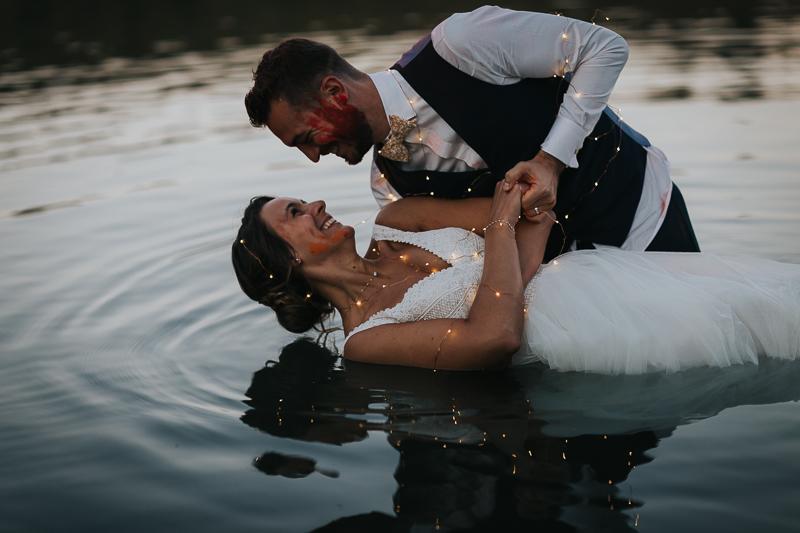 magnifique trash the dress dans l'eau, photographe mariage Clermont-Ferrand en Auvergne