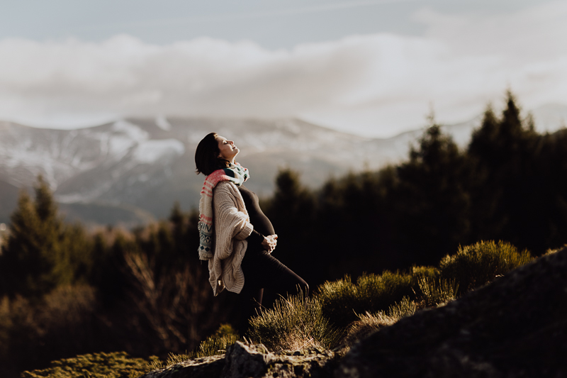 belle photo de couple et de grossesse en pleine montagne en Auvergne, par L'oeil de Noémie photographe clermont-ferrand