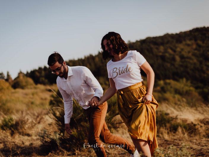 belle photo séance engagement avant mariage, en extérieur en Auvergne. l'oeil de Noémie photographe mariage Clermont-Ferrand