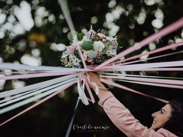 jeu du ruban bouquet mariage, mariage et covid en France. photographe mariage Auvergne. mariage château de la rivière chareil-cintrat Allier.