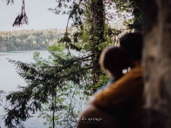 belle photo de couple dans la nature Auvergnate, L'oeil de Noémie photographe portraits Vichy en Auvergne