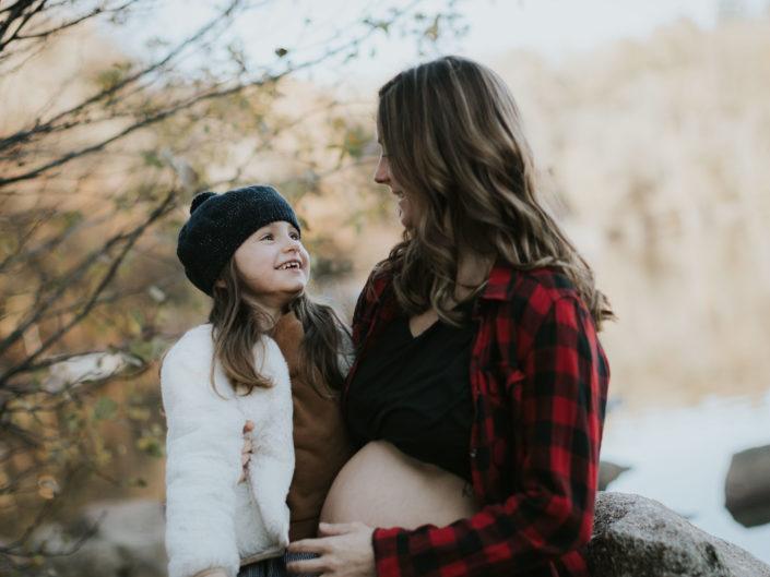 automne belle saison pour photos de grossesse en extérieur, par L'oeil de Noémie photographe famille lifestyle en Auvergne