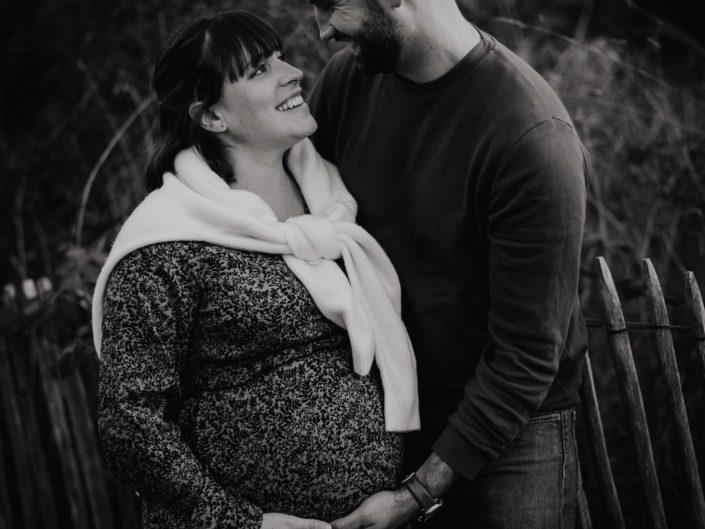 belle photo de grossesse en extérieur au coucher de soleil, photographe grossesse clermont-ferrand Auvergne